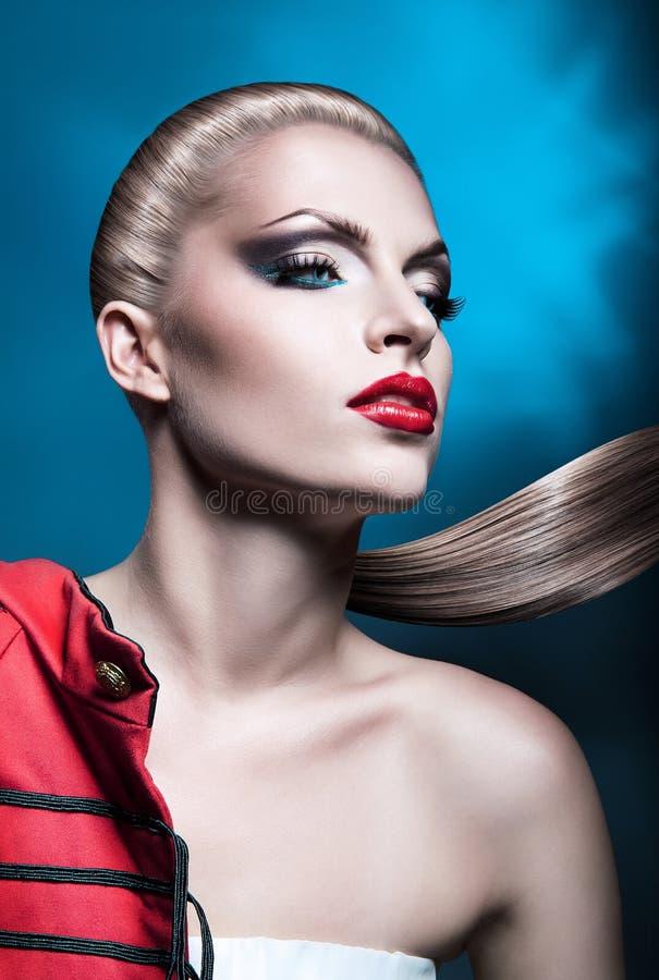 Erotische Blondine mit den roten Lippen stockfoto