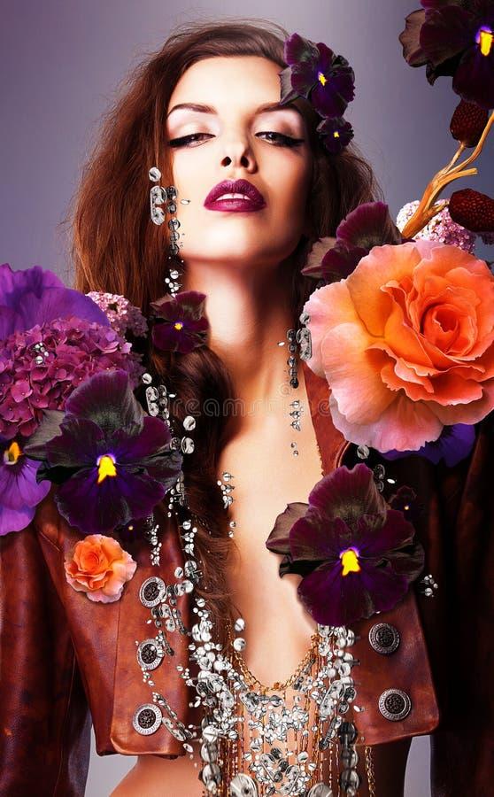 Erotische Frau mit silbernem Zusatz lizenzfreies stockfoto