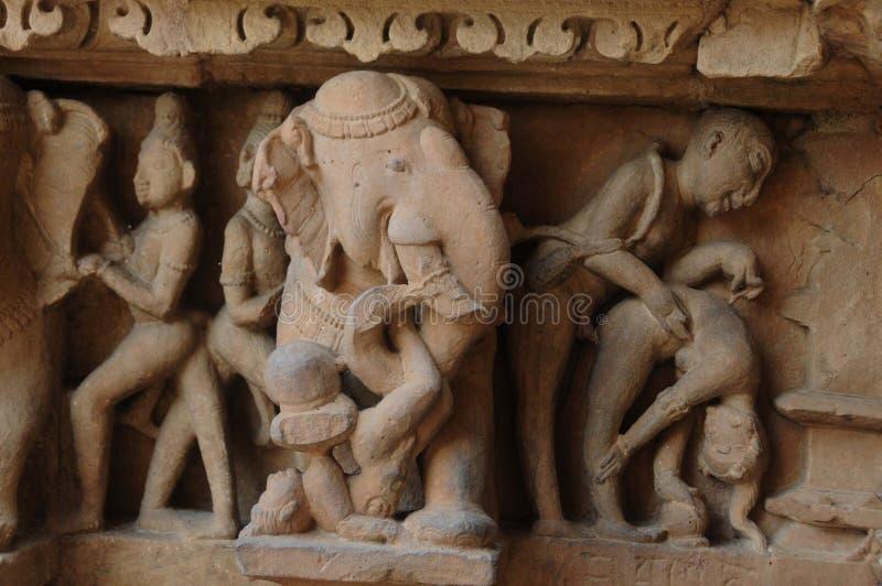Erotisk skulptur på den Khajuraho templet, Indien royaltyfri foto