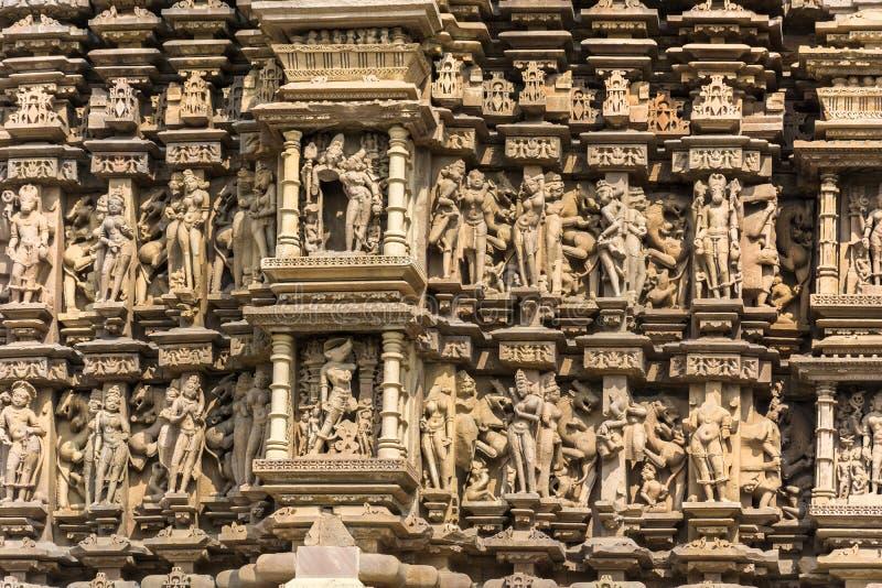 Erotiska skulpturdetaljer av Khajuraho tempel, in arkivbild