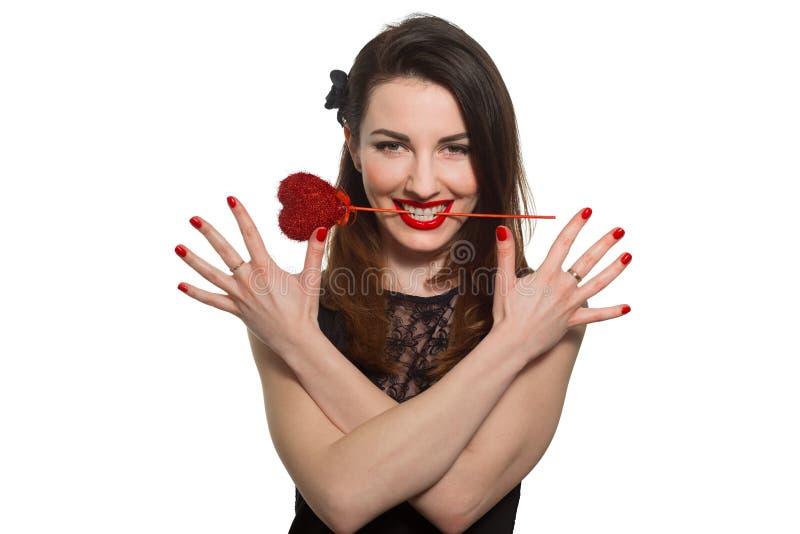 Erotyczna przyglądająca kobieta z czerwonym pomadki mienia walentynki sercem ja fotografia royalty free