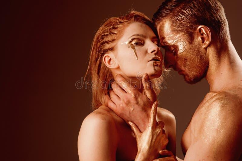 Erotyki pojęcie erotyka z parą ma złotego ciało i macanie each inny, kopii przestrzeń obrazy stock