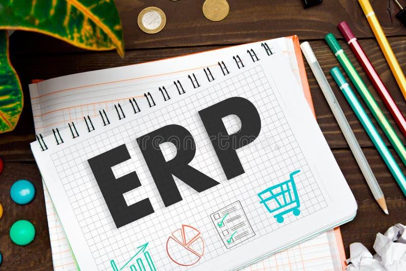 ERP das notas na tabela do escritório com ferramentas Conceito com elementos do infographics imagem de stock royalty free
