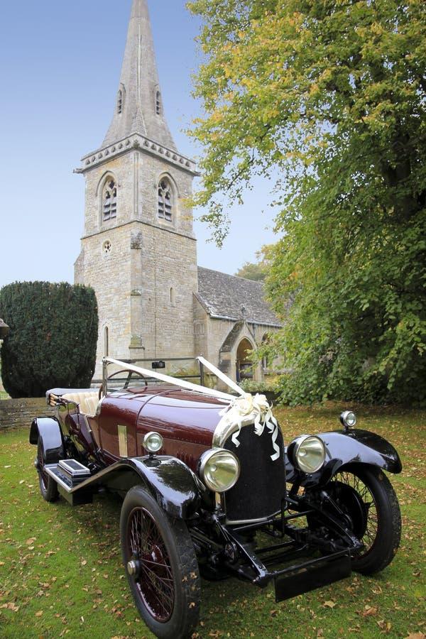 Erreichen der verheirateten wedding Kirche und des Autos lizenzfreie stockfotos