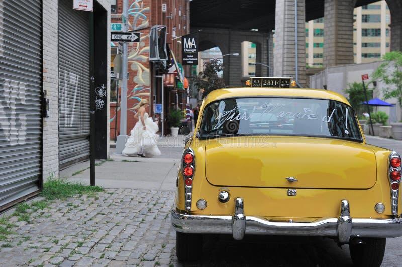 Erreichen gerade verheiratetes gelbes Fahrerhaus stockfotografie