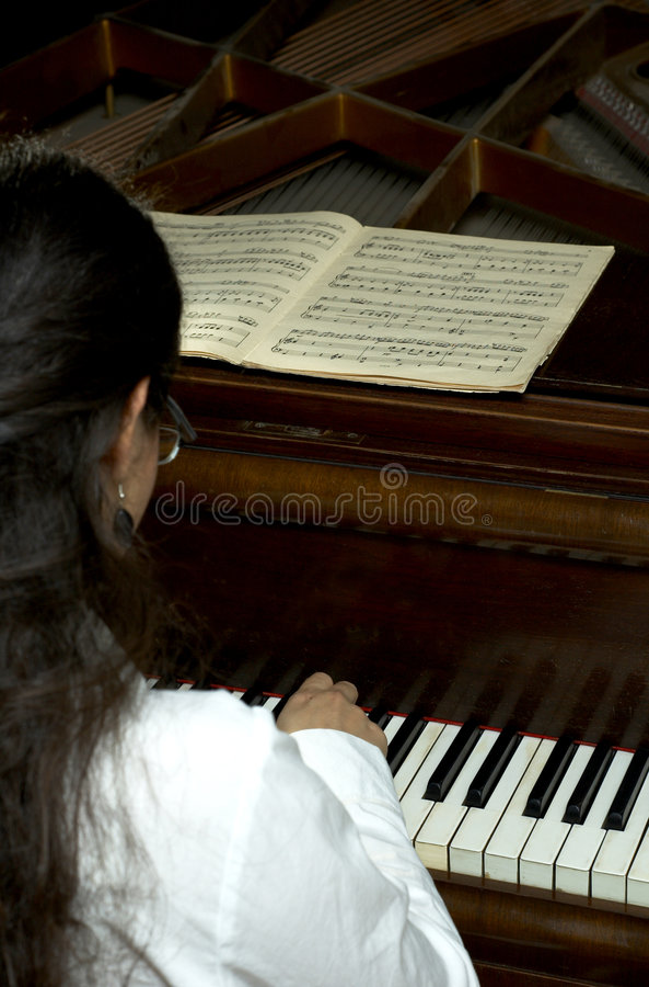 Erreichter Pianist am Klavier stockbild