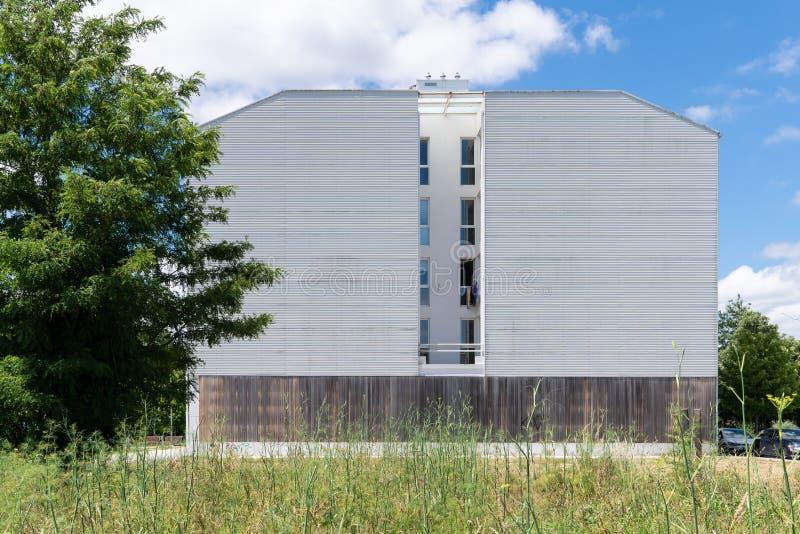 Errichtende Fassade mit metallischer Umh?llung lizenzfreies stockfoto