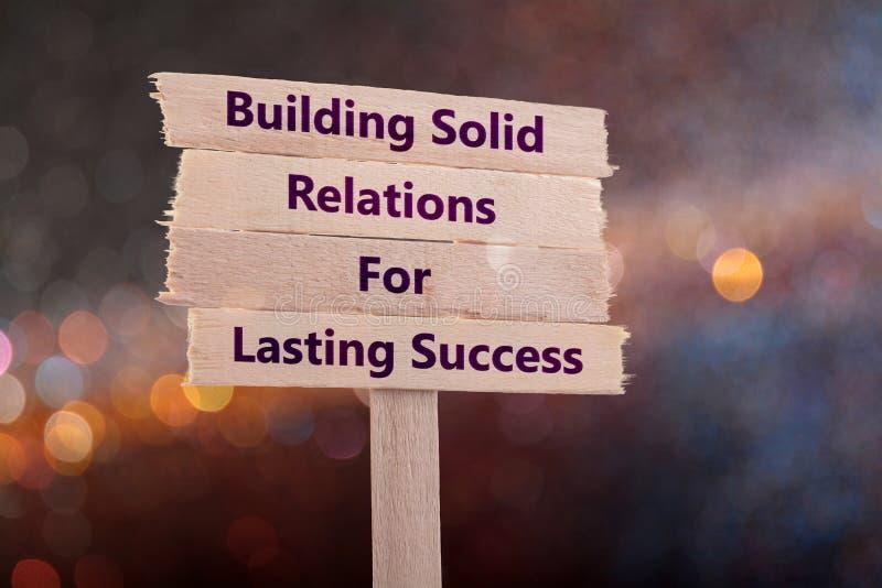 Errichtende feste Beziehungen für dauerhaften Erfolg lizenzfreies stockbild