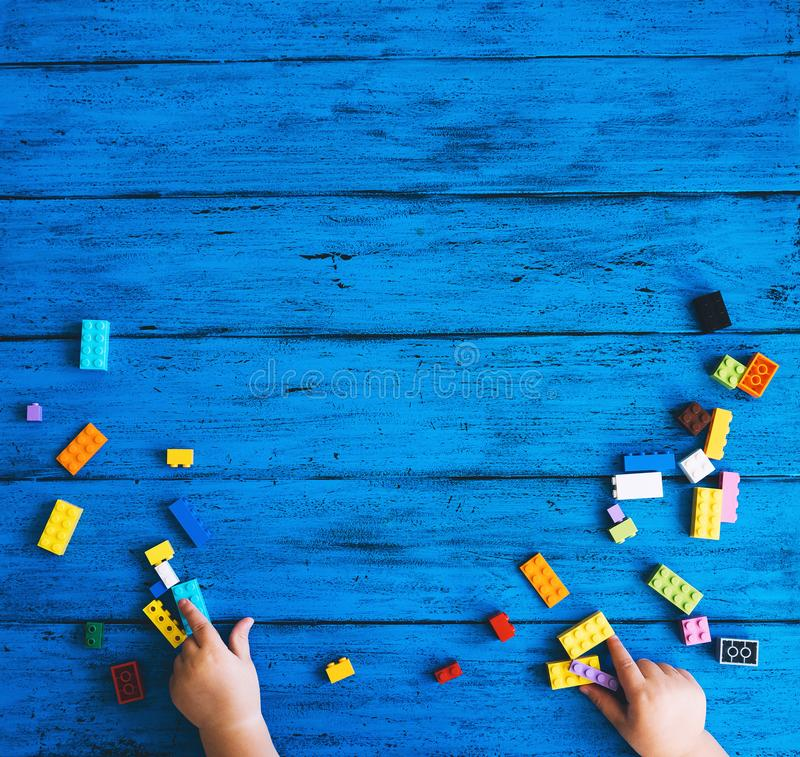 Errichtende Kinderblöcke auf blauem Hintergrund stockfotos