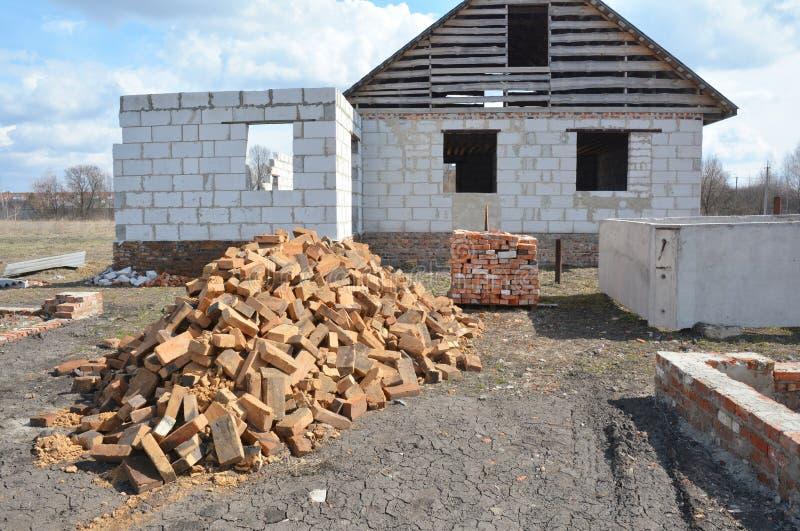 Errichtendes im Bau neues Haus von den Gasbetonblöcken mit der Überdachung des Baus stockbilder