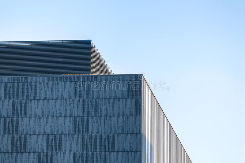 Errichtendes Teil des modernen Geschäfts gegen blauen Himmel lizenzfreie stockfotos