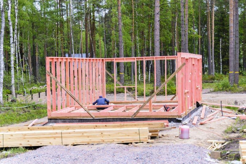 errichtet ein Rahmenhaus, Installation des Rahmens und Wände, den Anfang des Baus Das Konzept des Bauens eines Hauses lizenzfreie stockfotografie