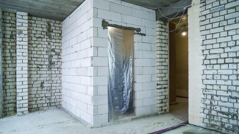 Errichtete frisch Blockwände am Innenrekonstruktionsstandort lizenzfreie stockbilder