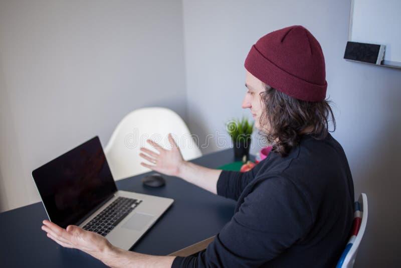 Erros e erros no desenvolvimento Um programador novo no local de trabalho tem problemas no trabalho imagens de stock royalty free
