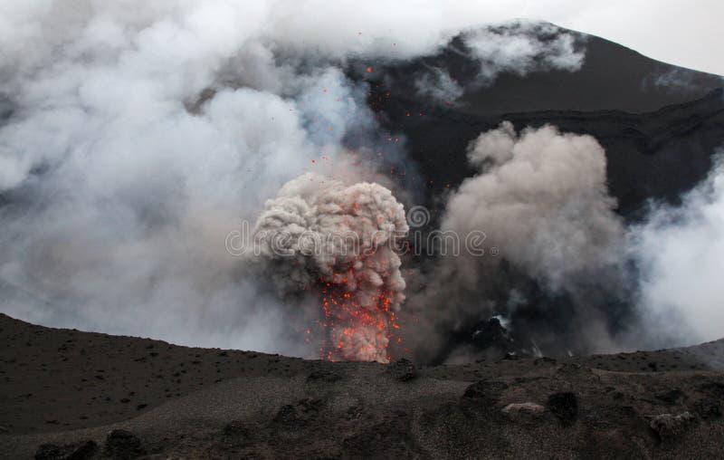 Erruption vulcânico - montagem Yasur - Tanna Island Vanuatu Este Vo imagem de stock