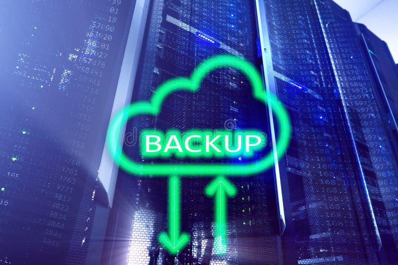 Ersatzknopf auf modernem Serverraumhintergrund Datenunfallverhütung Wiederinbetriebnahme stockfotografie