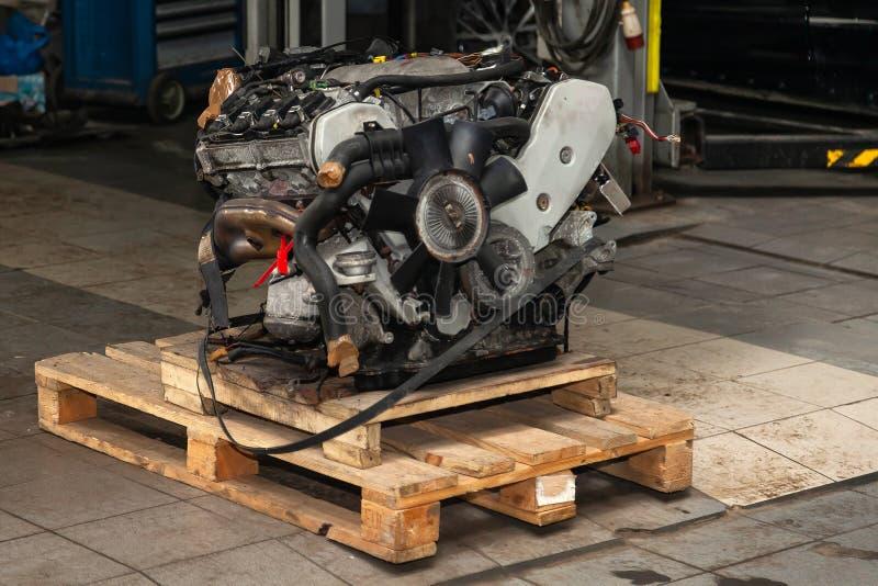 Ersatzmaschine benutzt auf einer Palette angebracht für Installation an einem Auto nach einem Zusammenbruch und einer Reparatur i lizenzfreie stockfotografie