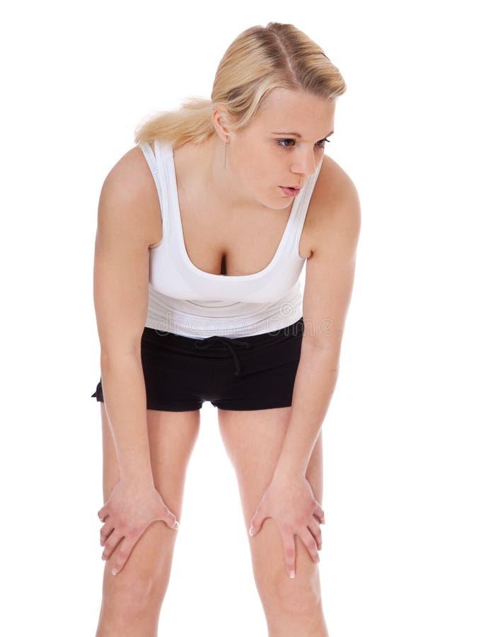 Erschöpfte junge Frau in der Sportabnutzung stockfotografie