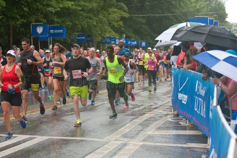 Erschöpfte Läufer-Annäherungs-Ziellinie an Straßenrennen Atlantas Peachtree lizenzfreies stockbild