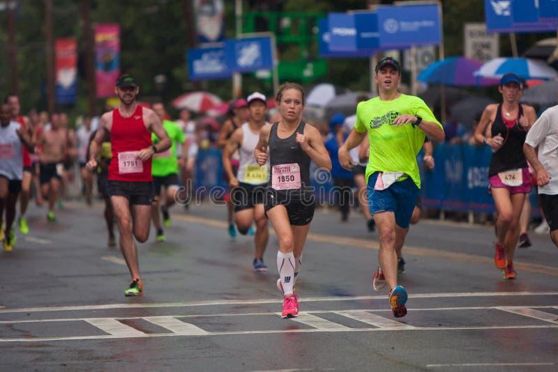 Erschöpfte Läufer-Querziellinie an Straßenrennen Atlantas Peachtree lizenzfreie stockfotos