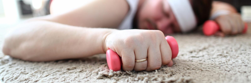 Erschöpfte Mann-Schlaf-und Griff-Dummköpfe in den Händen stockfoto