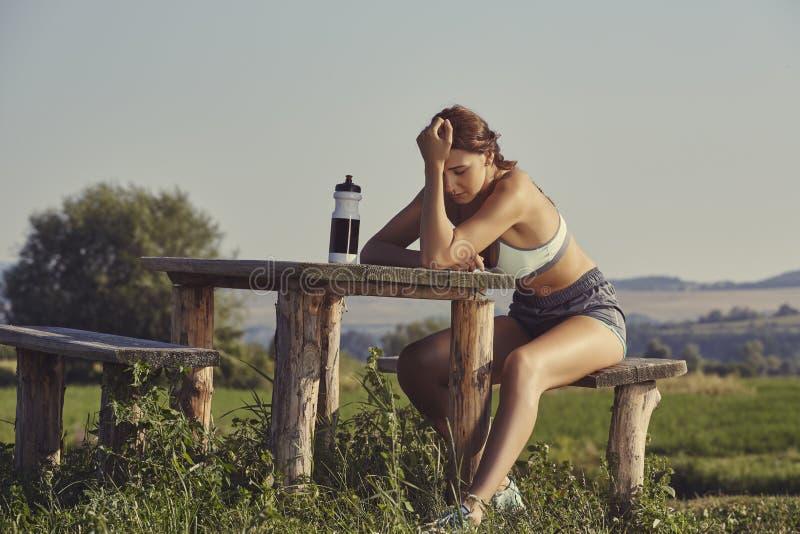 Erschöpfter weiblicher Läufer lizenzfreies stockbild