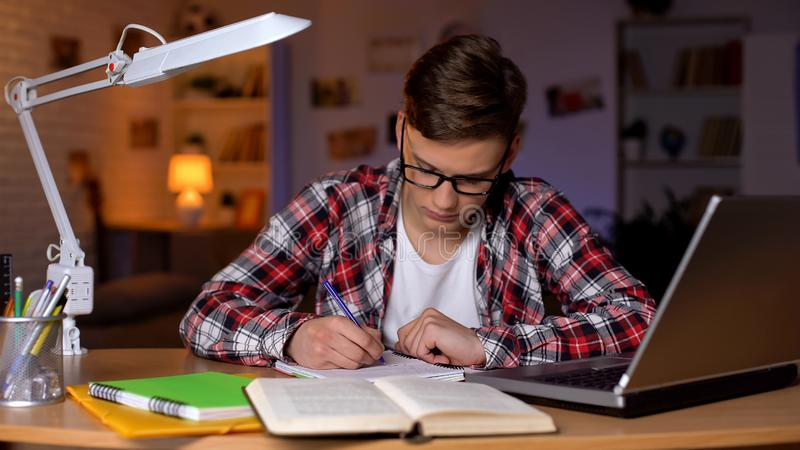 Ersch?pfter schl?friger Student, der f?r die Vortr?ge erleiden Mangel an Energiecollege sich vorbereitet stockbilder