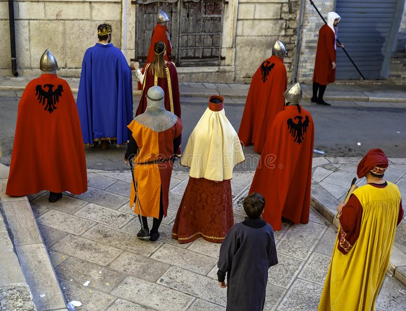 Erscheinen in der mittelalterlichen Kleidung stockfoto