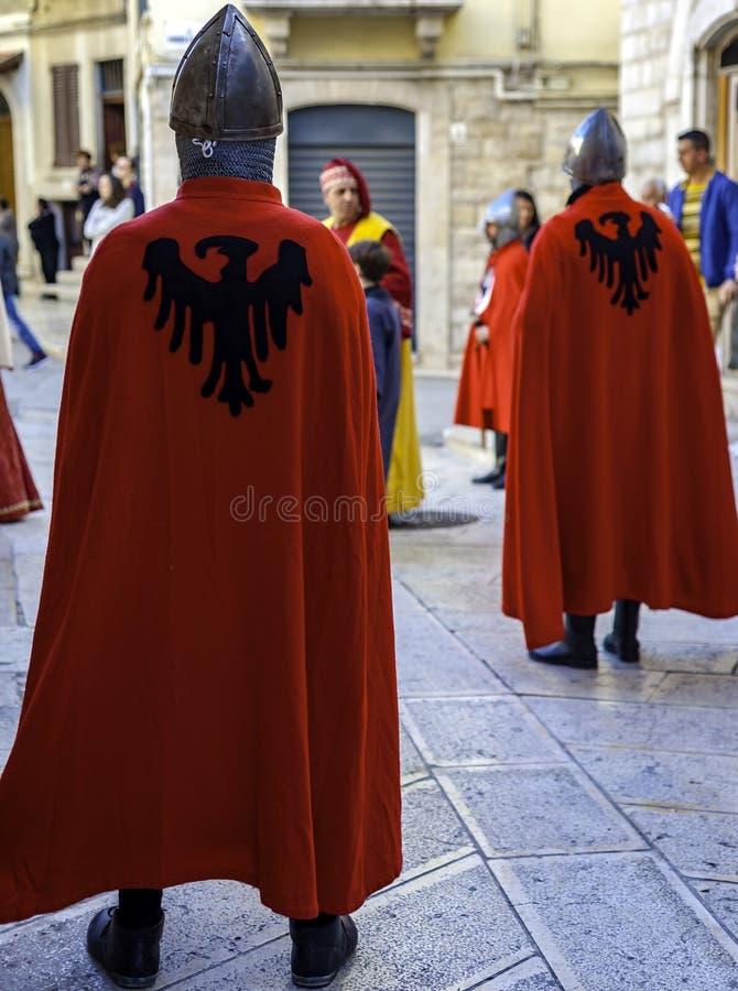 Erscheinen in der mittelalterlichen Kleidung stockbilder
