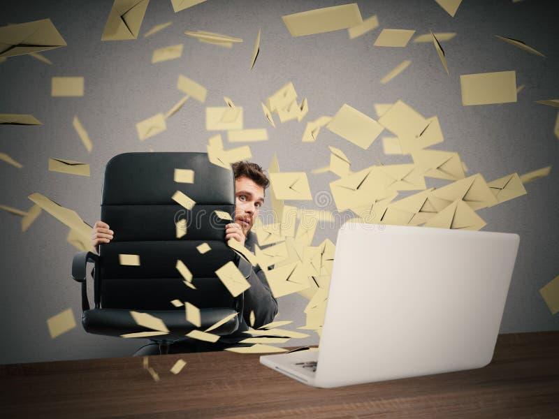 Erschrocken durch zu viele E-Mail stockfotografie