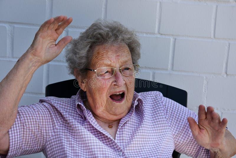 Erschrockene ältere Frau lizenzfreies stockbild