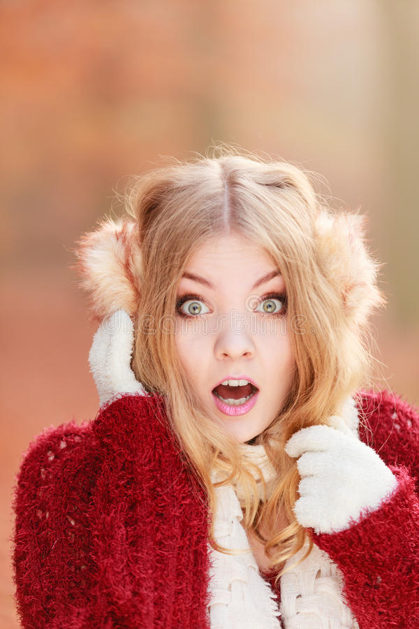 Erschrockene ängstlich hübsche Frau in den Ohrenschützern stockbild