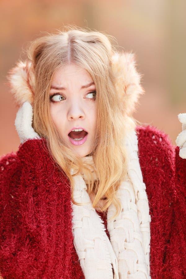 Erschrockene ängstlich hübsche Frau in den Ohrenschützern stockfoto