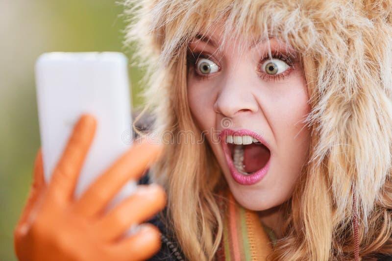 Erschrockene ängstlichfrau, die am Handy spricht lizenzfreie stockfotos