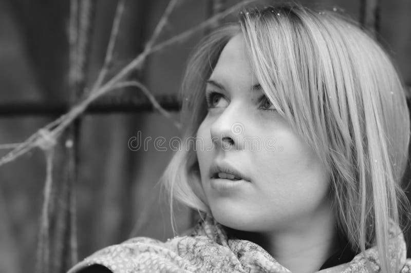 Erschrockene überraschte Frau durch Eisen-abgehalten stockfotografie