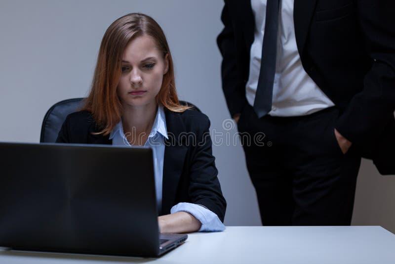 Erschrockene Frau im Büro stockbild