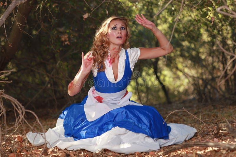 Erschrockene Frau im wandernden Wald stockbild