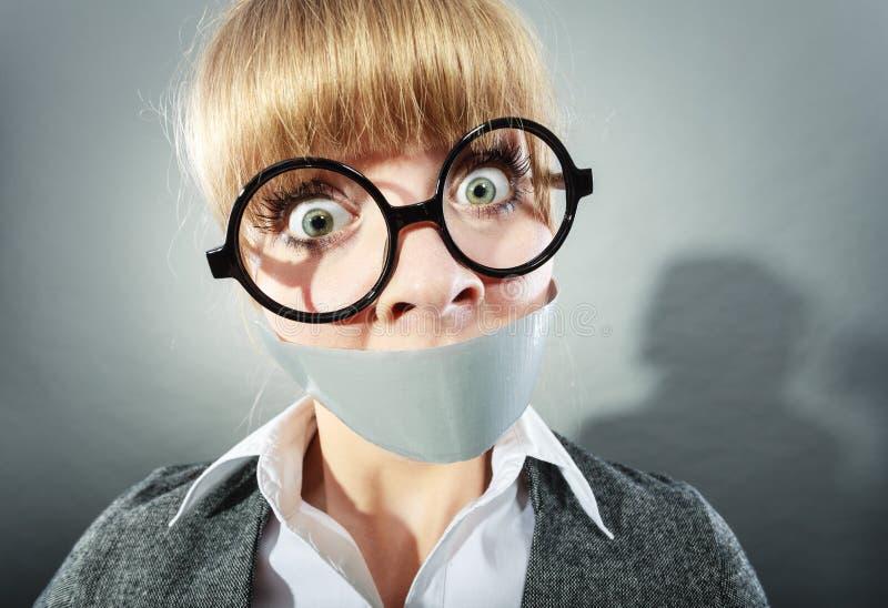 Erschrockene Frau mit dem Mund aufgenommen geschlossen zensur lizenzfreie stockbilder