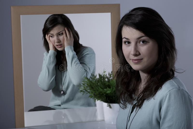 Erschrockene Frau und manische Depression stockfotos