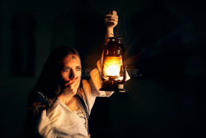 Erschrockene mittelalterliche Prinzessin Holding Lantern stockfoto