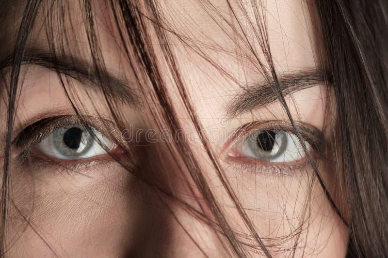 Erschrockene weibliche Augen lizenzfreie stockfotos