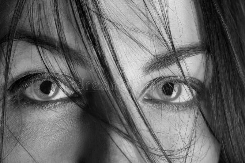 Erschrockene weibliche Augen stockbilder