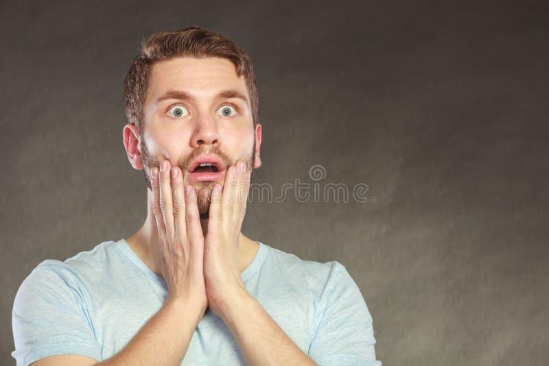 Erschrockener ängstlich entsetzter Kerl des gutaussehenden Mannes stockbild