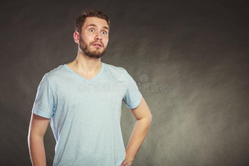 Erschrockener ängstlich entsetzter Kerl des gutaussehenden Mannes stockfoto