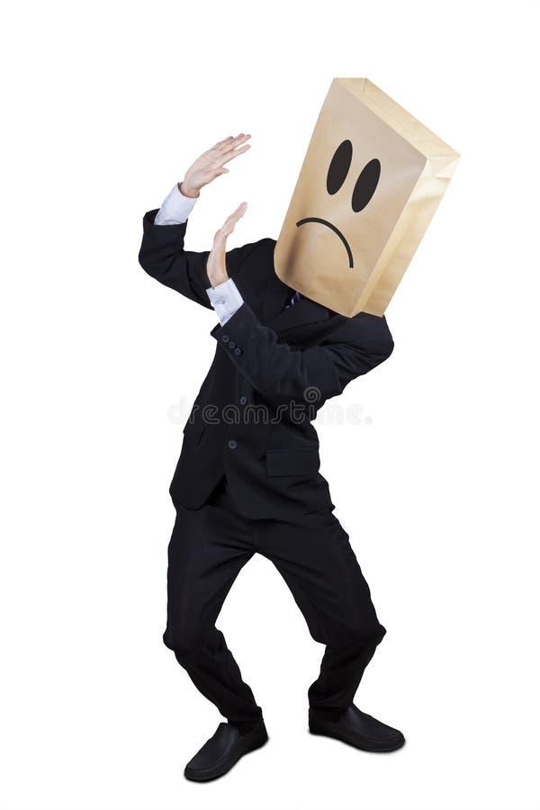 Erschrockener Geschäftsmann, der sein Gesicht hält lizenzfreies stockbild