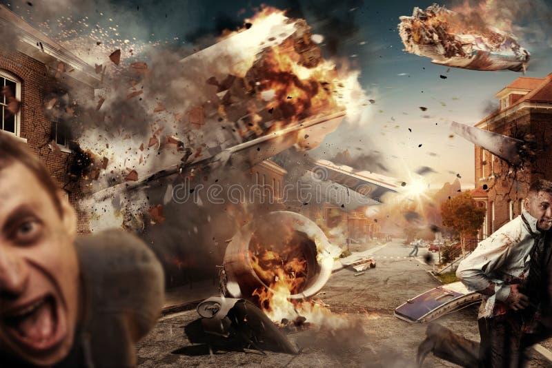 Erschrockener Mann gegen fallendes Flugzeug, Flugzeugabsturz stockfotografie