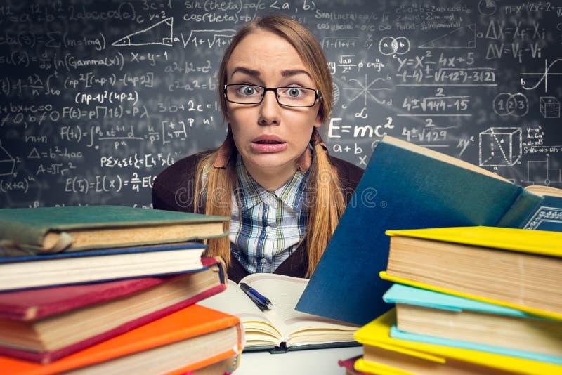 Erschrockener Student vor einer Prüfung lizenzfreie stockfotos