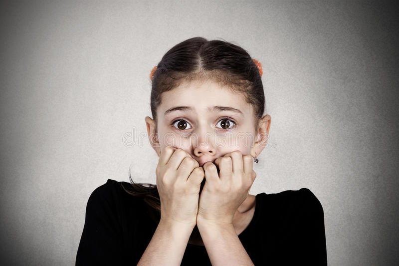 Erschrockenes, betontes kleines Mädchen lizenzfreie stockfotos