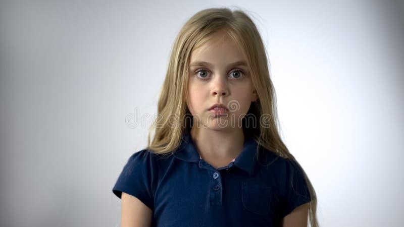 Erschrockenes kleines Mädchen, das Kamera mit Furcht, Kinderrechtschutz betrachtet lizenzfreies stockfoto