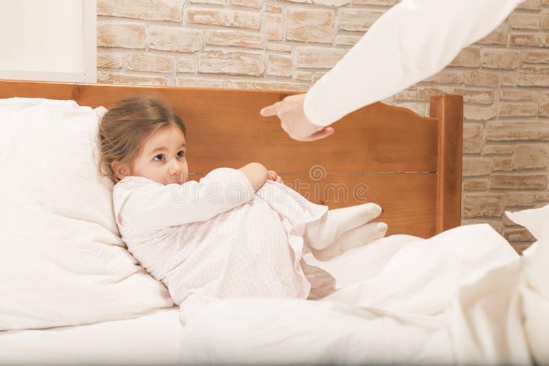 Erschrockenes kleines Mädchen, das von ihrer Mutter gescholten wird lizenzfreies stockbild